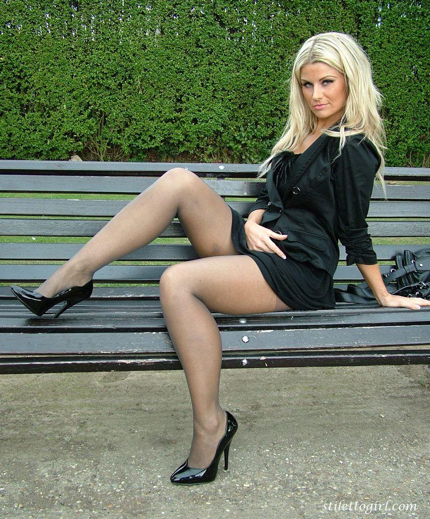 этом девушки в мини юбке и чулках раздвигают ноги фото только