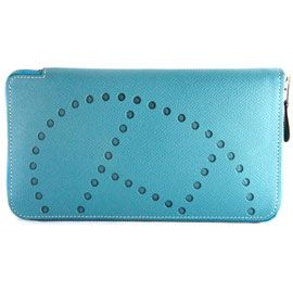 """エルメス エヴリン アザップロング P刻 長財布 ブルー エルメスからブランドを代表する""""エヴリン""""シリーズの長財布が超人気のカラーリングで入荷致しました! パンチングで打ち抜かれる「H」の文字が配されこれ以上は望めないくらいのアピールを見せてくれます。 内側のデザインはアザップロングと同様に中央に間仕切りを兼ねたファスナー付きのコインケース、その両サイドには12箇所のカードスリットとポケットが配されます。 商品番号:20121119033158 市場価格: 16800円 販売価格: 14000円"""