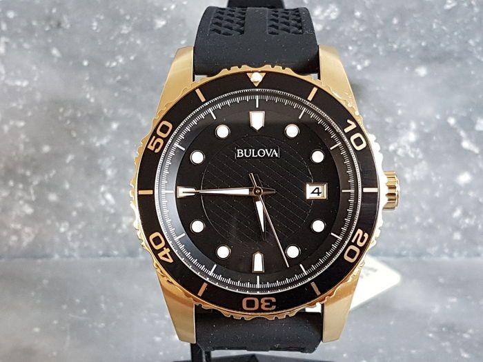 Bulova-mannen horloge - 2017 - ongedragen.  Mooie horloge door Bulova nieuwstaat.100 meter watersproof diversring.Mooie details en afwerking.Originele doos en papierenSpecificaties:Analoog mineralglas Quartz.Breedte van horloge: 43 mm.Dikte van horloge: 12 mmLengte van de riem: 20 cmBreedte band: 22 mmMateriaal van horloge: staalDit horloge zal worden goed verpakt en verzonden naar u per aangetekende post.  EUR 3.00  Meer informatie
