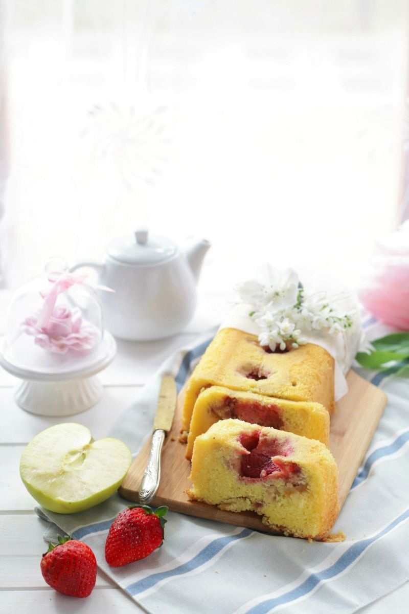 Plum cake mele e fragole