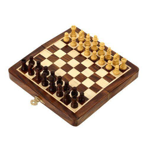 ajedrez de madera plegable de viaje y pedazos de madera magnético regalos inusuales del tablero de ShalinCraft, http://www.amazon.es/dp/B009YQJ39K/ref=cm_sw_r_pi_dp_2ueGtb1B4TQGJ