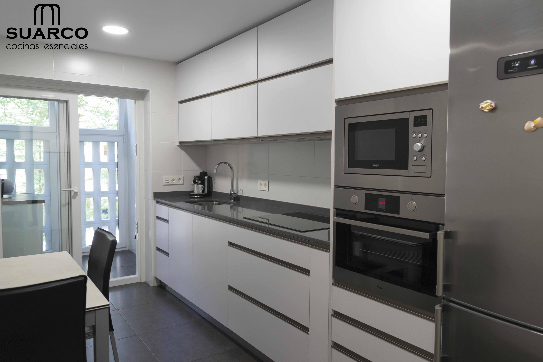 Cocina Blanca De Lineas Modernas Sin Tiradores Diseno De Cocina Diseno Muebles De Cocina Muebles De Cocina Modernos