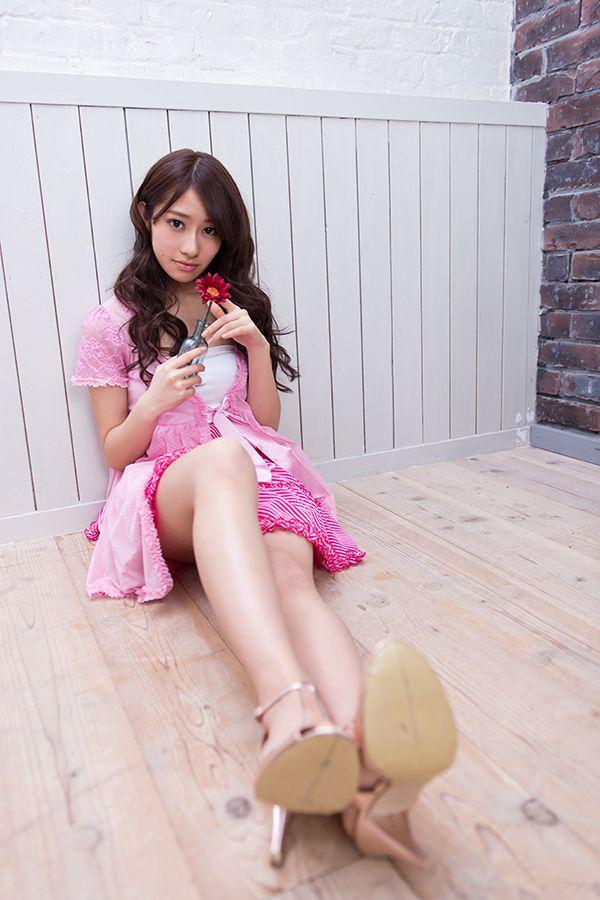 床に座る桜井玲香
