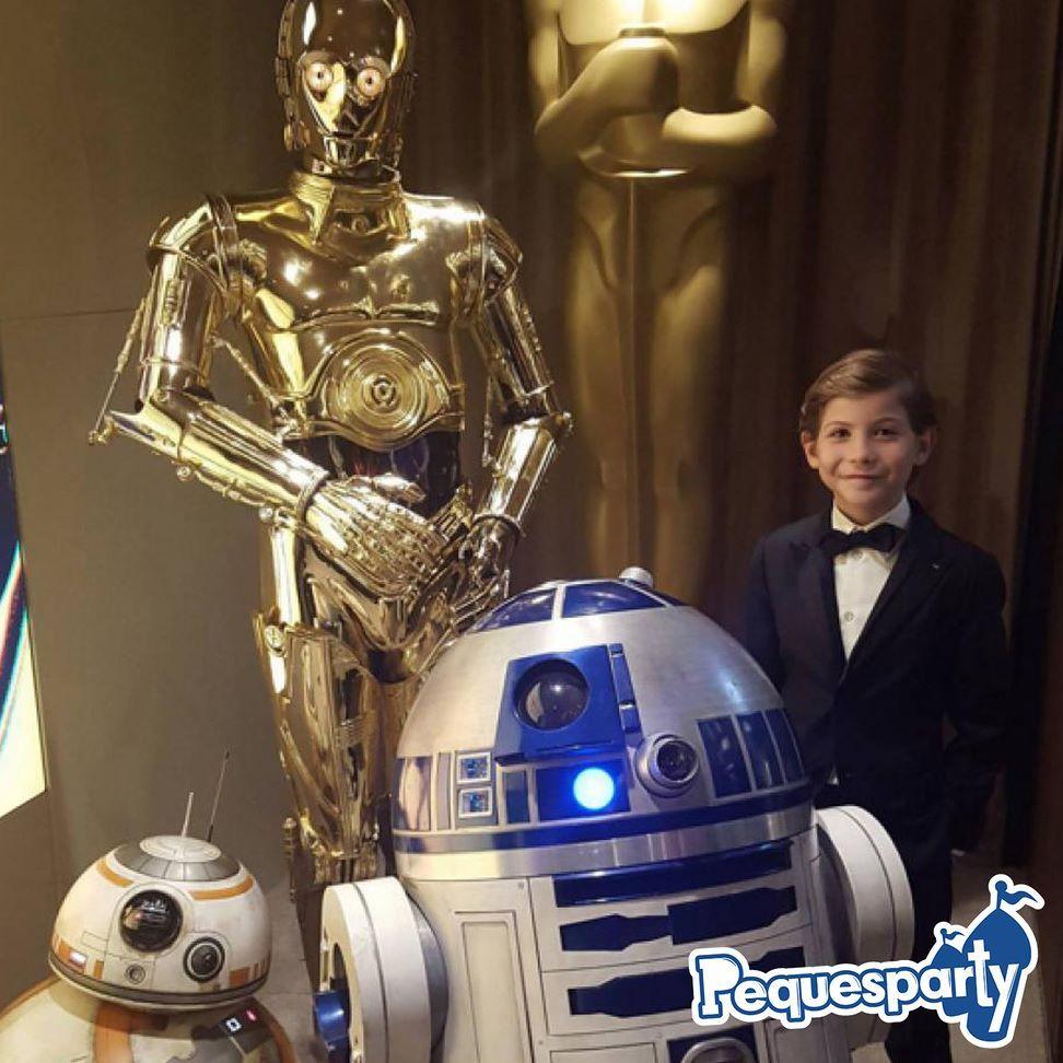 Celebremos el día de #starwars con una simpática historia: @jacobtremblay el pequeño actor protagonista de #room es un super #fan de la saga galactica así que no pudo desaprovechar la oportunidad en los #oscars para tomarse una foto con los androides favoritos de todos: #c3po #r2d2 y el adorable #bb8. #jacobtremblay #laguerradelasgalaxias #kids #galaxy #disney #theforceawakens #mcbo #vzla #oscars #zulia #marketing #activaciones
