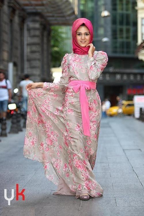 Printed abaya with plain hijab is elegant Muslim look that can ...