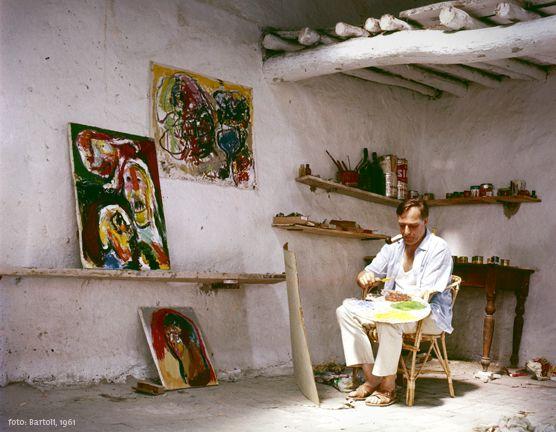 """Asger Jorn är skaparen bakom målningen """"Que Faire"""" i avsnitt 2. Han var del av Cobragruppen och har ett eget museum. Läs mer om honom här,"""