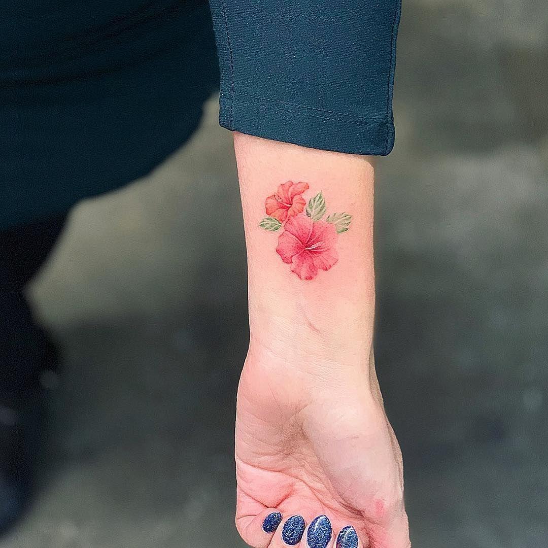 Tatouage Fleur D Hibiscus Petit Doigt Tattoo In 2020 Hibiscus Flower Tattoos Hibiscus Tattoo Hawaiian Flower Tattoos