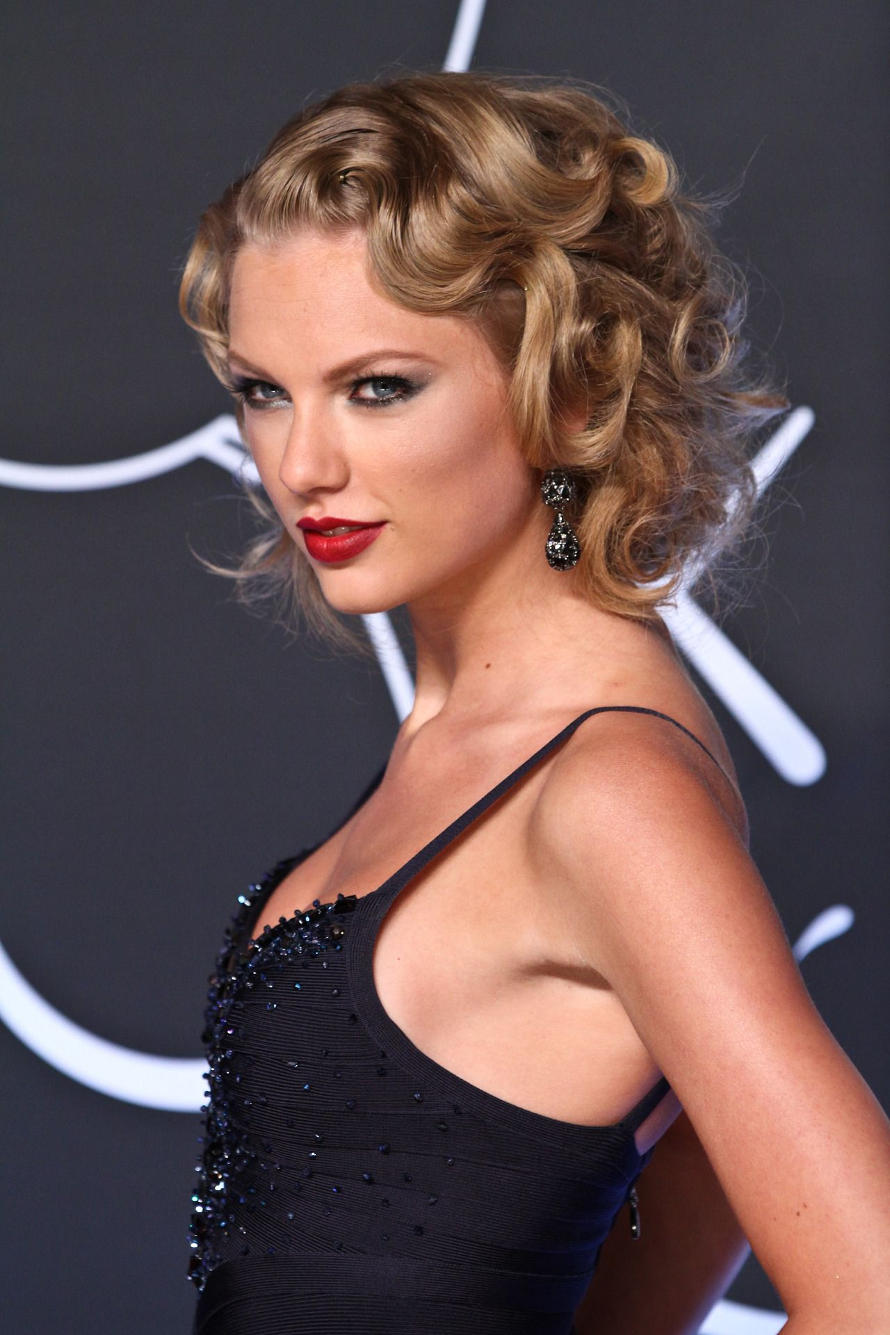 taylor swift with 40s inspired