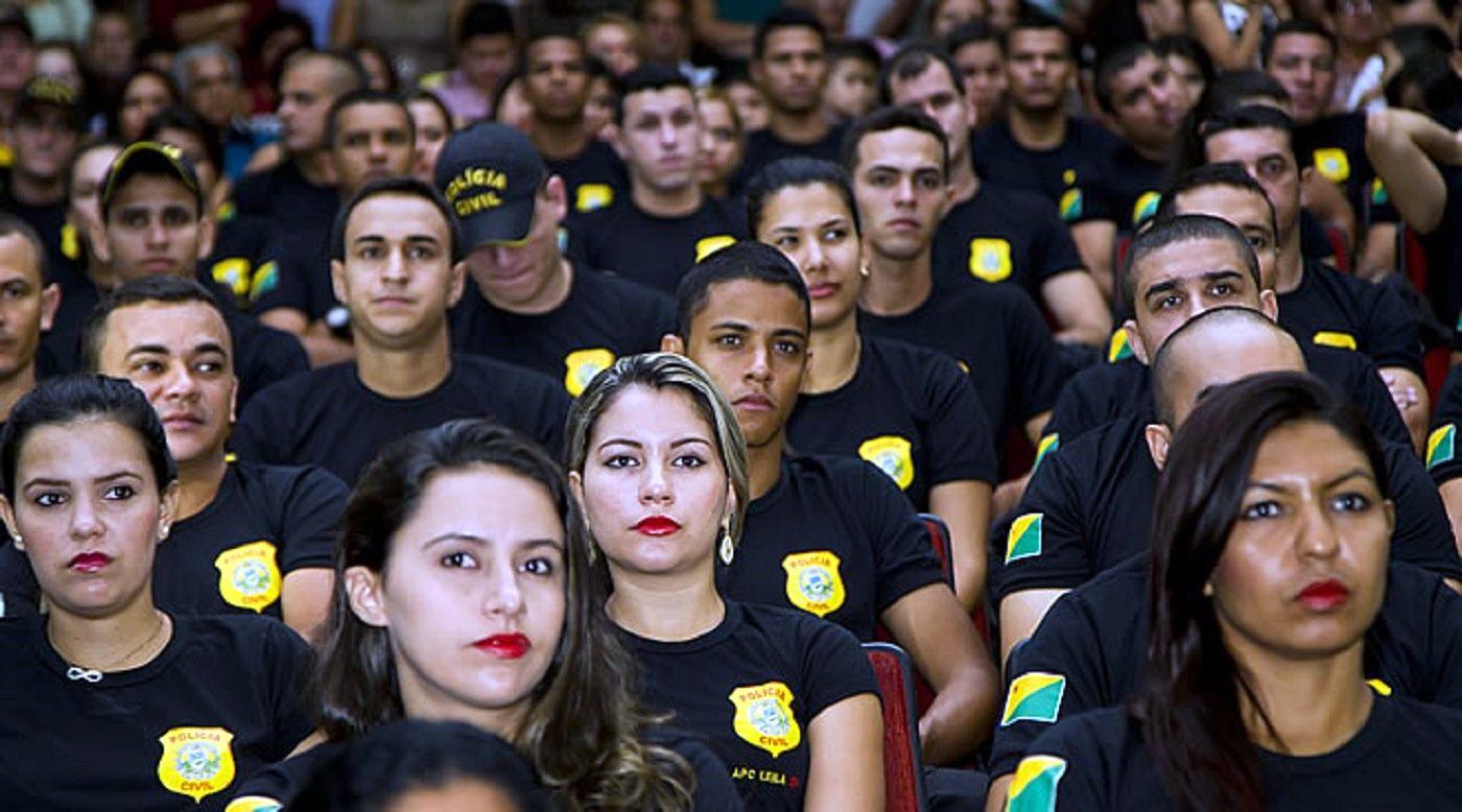 Polícia Civil do Acre.  Formatura de 207 novos agentes e 12 novos escrivães, totalizando 219 novos policiais. http://www.pagina20.net/cotidiano/em-solenidade-no-teatrao-estado-forma-219-novos-membros-da-policia-civil/