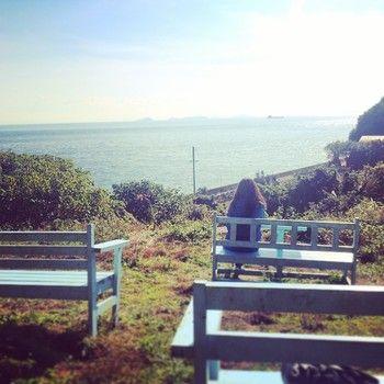お店の続きに無造作に置かれたベンチ。高台にあるのでここからの瀬戸内海の眺めは格別。穏やかな瀬戸内海をただただ眺めているだけでも癒されます。