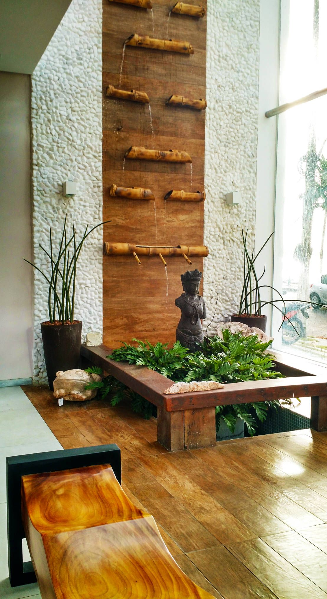 7 fuentes y cascadas de interior para casas modernas for Fachadas modernas para oficinas