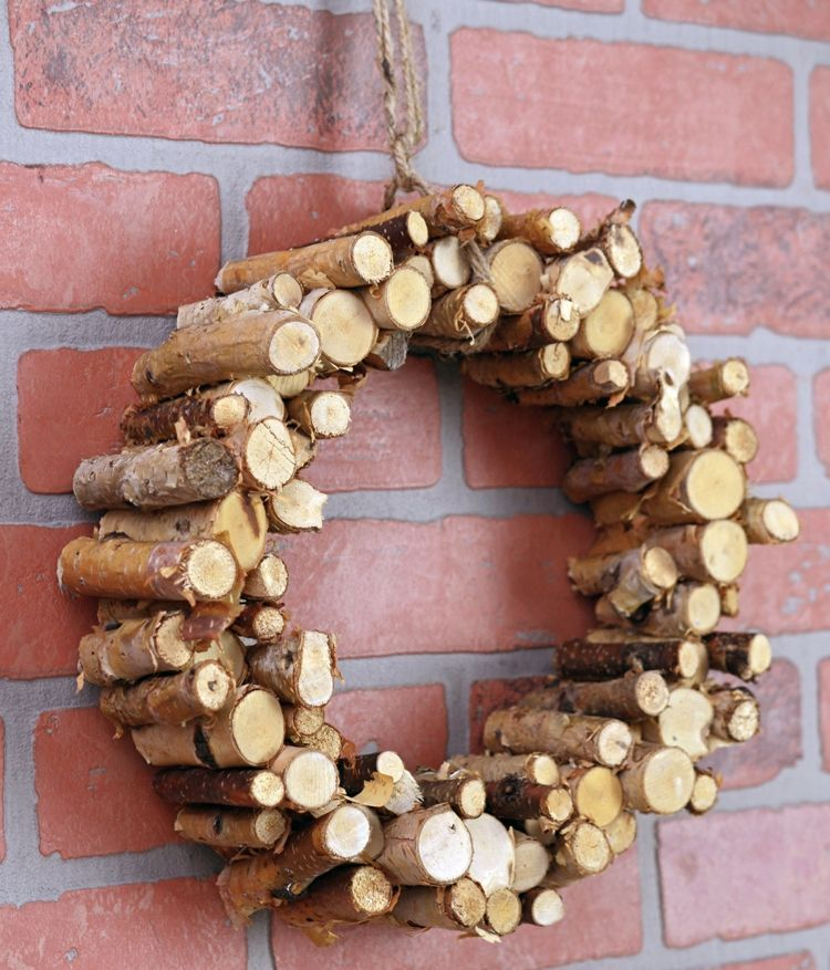 Frühlingsdeko basteln mit Naturmaterialien – Ideen mit Holz, Moos, Blumen #herbstdekobastelnnaturmaterialien frühlingsdeko-basteln-naturmaterialien-äste-stücke-kranz-selber-machen-diy-verzieren #weihnachtsbastelnnaturmaterialien