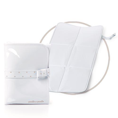 CAMBIADOR CHAROL BLANCO/TOPITO BEIGE. Cambiador de Charol blanco con topito bordado en beige para el bebé. Muy cómodo y fácil de transportar, ya que se presenta en formato plegado, con lazada decorativa para cerrarlo. Lavable a mano o a máquina. Medidas: 33x65cm. Los materiales utilizados están libres de colorantes azoicos y sustancias nocivas para la salud.