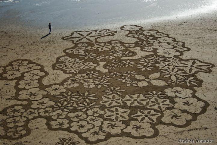Artist Uses A Rake To Create Amazingly Large Sand Paintings Sand Drawing Beach Sand Art Sand Art