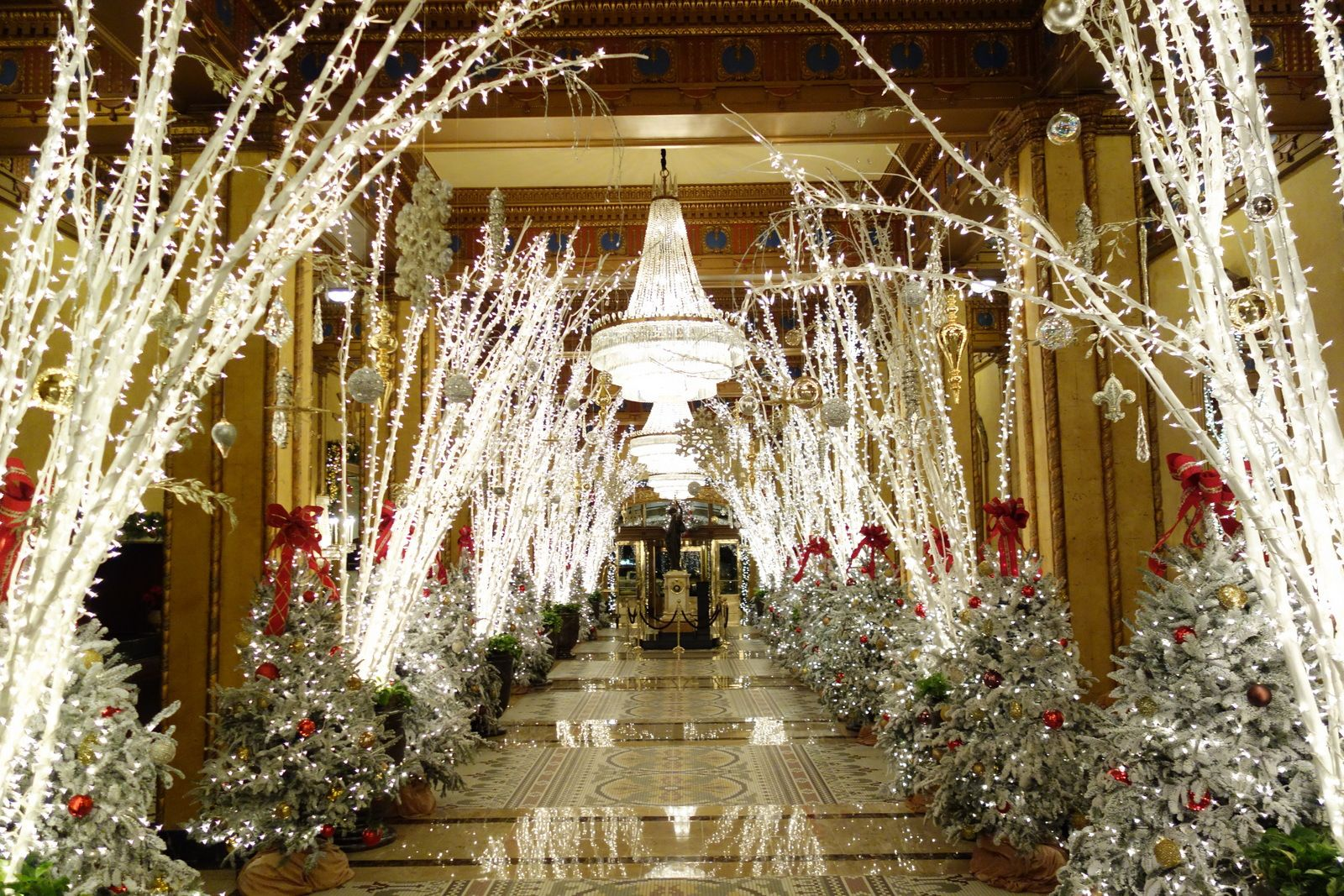 Top 5: Christmas Decorations in New Orleans | Roosevelt, Lobbies ...