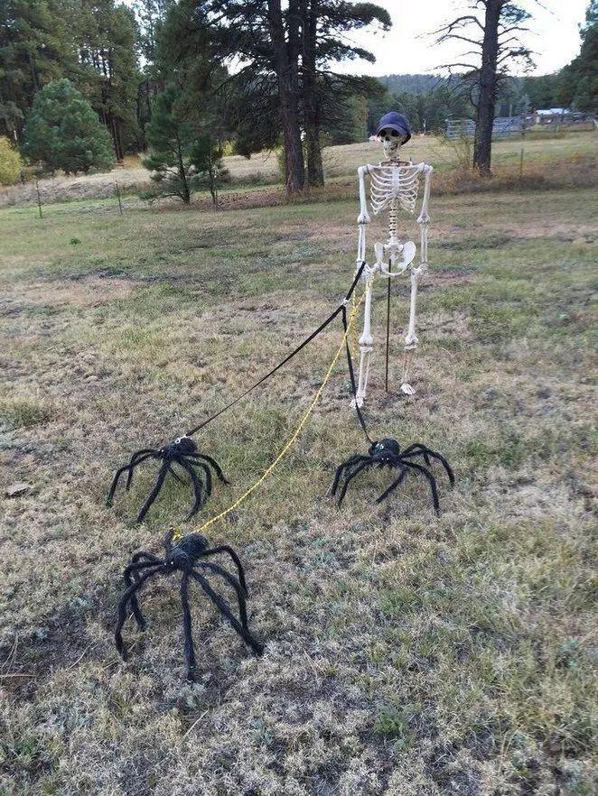 33 Crafty DIY Outdoor Halloween Decorating Ideas - alltemplatehd.com #halloween #diyhalloweendéco