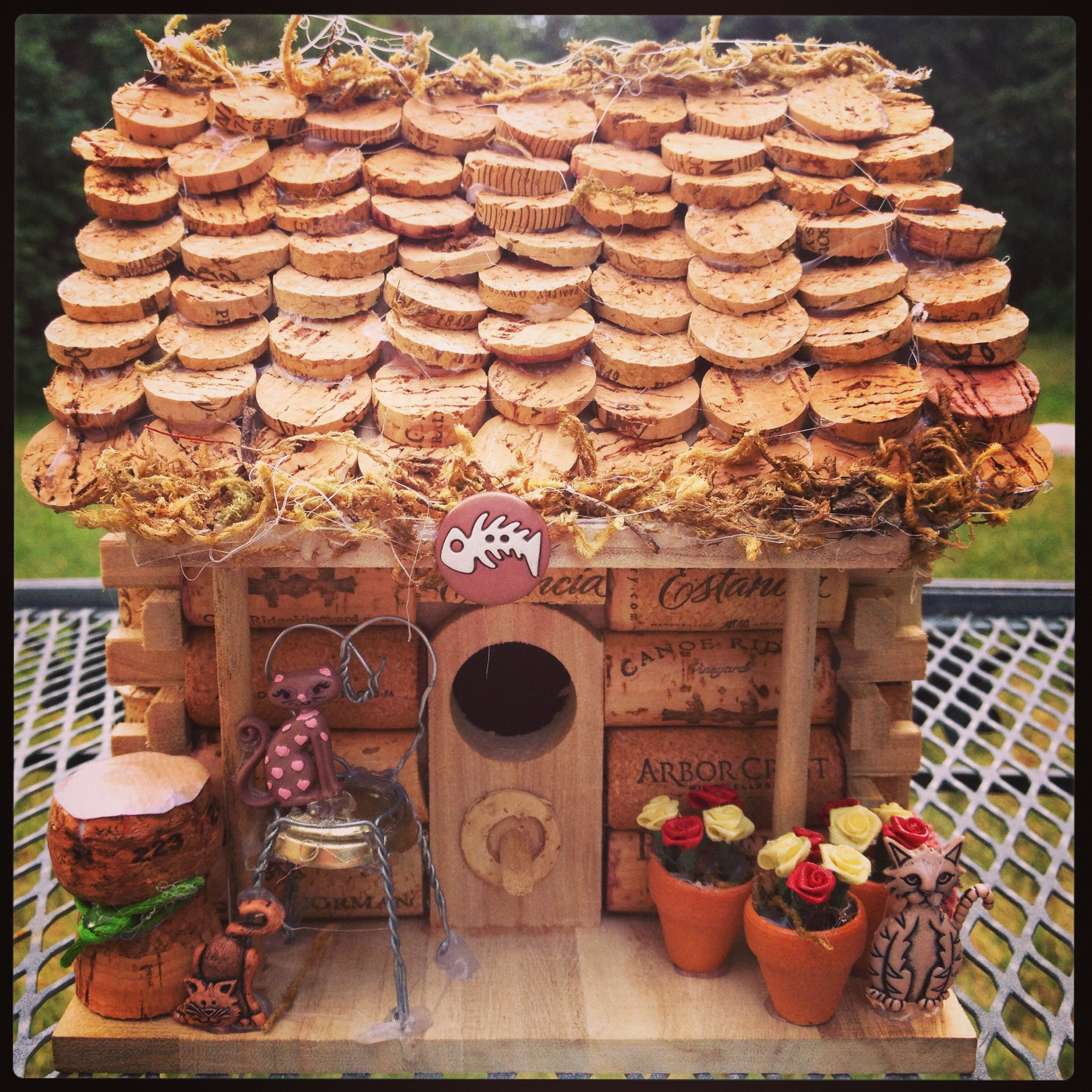 Wine cork bird house complete with little cats for How to build a birdhouse out of wine corks