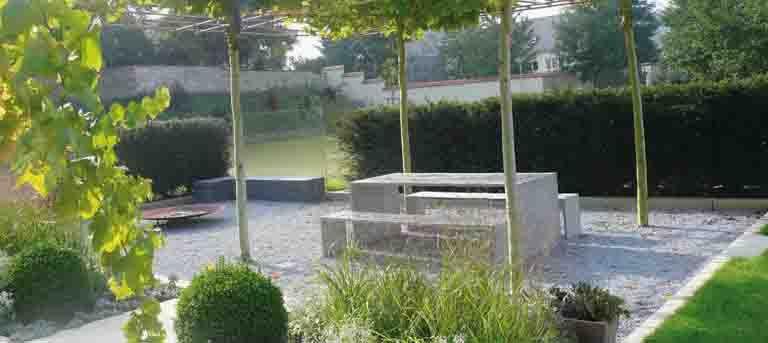 Gartenideen für Zuhause. Tisch und Bank aus grauem Sichtbeton. #Sichtbeton #Betonmöbel