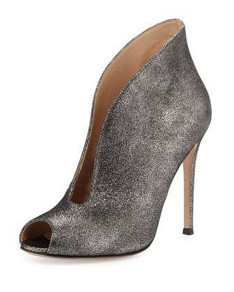 Scarpe Gianvito Rossi collezione autunno inverno 2014 2015  fascino e  sensualità audaci Gianvito-Rossi-stivaletto-in-capretto-metallizzato-argento 7fb2ca9b4d1