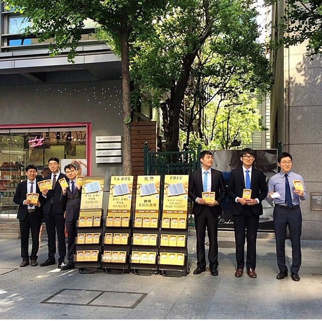 Public Witnessing in South Korea. All six brothers are in the midst of a court trial because of their neutrality. Shared by @stanley_jw http://MinistryIdeaz.com
