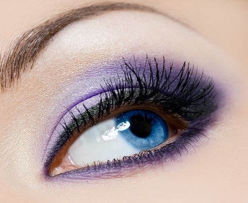 Violet eye shadow and nicely arched eyebrows. Very pretty.
