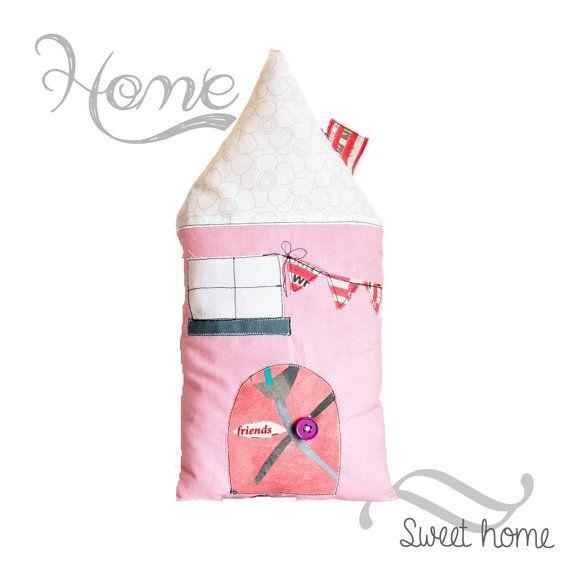 Coussin enfant maison rose personnalisable par EphemereCollection