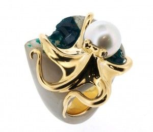 RING: yellow gold, 2 diamonds 0,12 ct. and 1 australian pearl. 16OS0237