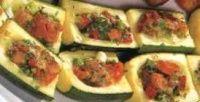courgettebootjes; Ingrediënten (30 stuks):  5 grote courgettes   1 grote tomaat (fijngehakt)   2 fijngesnipperde lenteuitjes   1 eetlepel peterselie   ca. 100 gram geraspte kaas.Bereiding:  Snijd de courgettes in 3 gelijke stukken en snijd elk stuk weer in de lengte door. Hol ieder stuk uit met een theelepel.   Kook de courgette 3 minuten in zacht kokend water. Giet af en laat onder koud water afschrikken. Dep de courgette vervolgens droog met keukenpapier.   Meng de overige ingrediënten in…