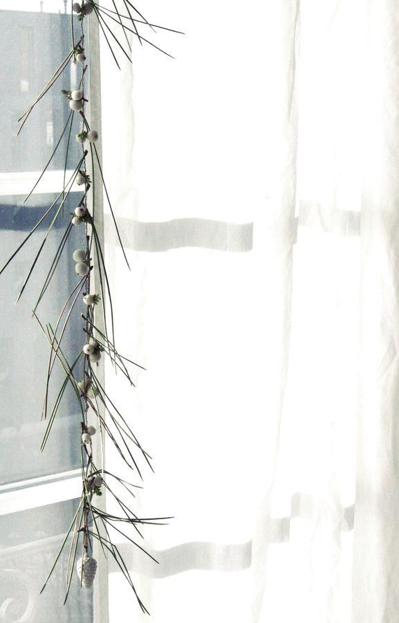 : 12 minimalistische DIY-Ideen für Winterdeko – auch für Kinder! | SoLebIch.de  Foto: silentandcalm  #einrichtung #einrichten #einrichtungsideen #ideen #dekoration #weihnachten #diy #selbstgemacht #weihnachtszeit #christmas #christmasdecoration #solebich #Nadelgirlande #girlande