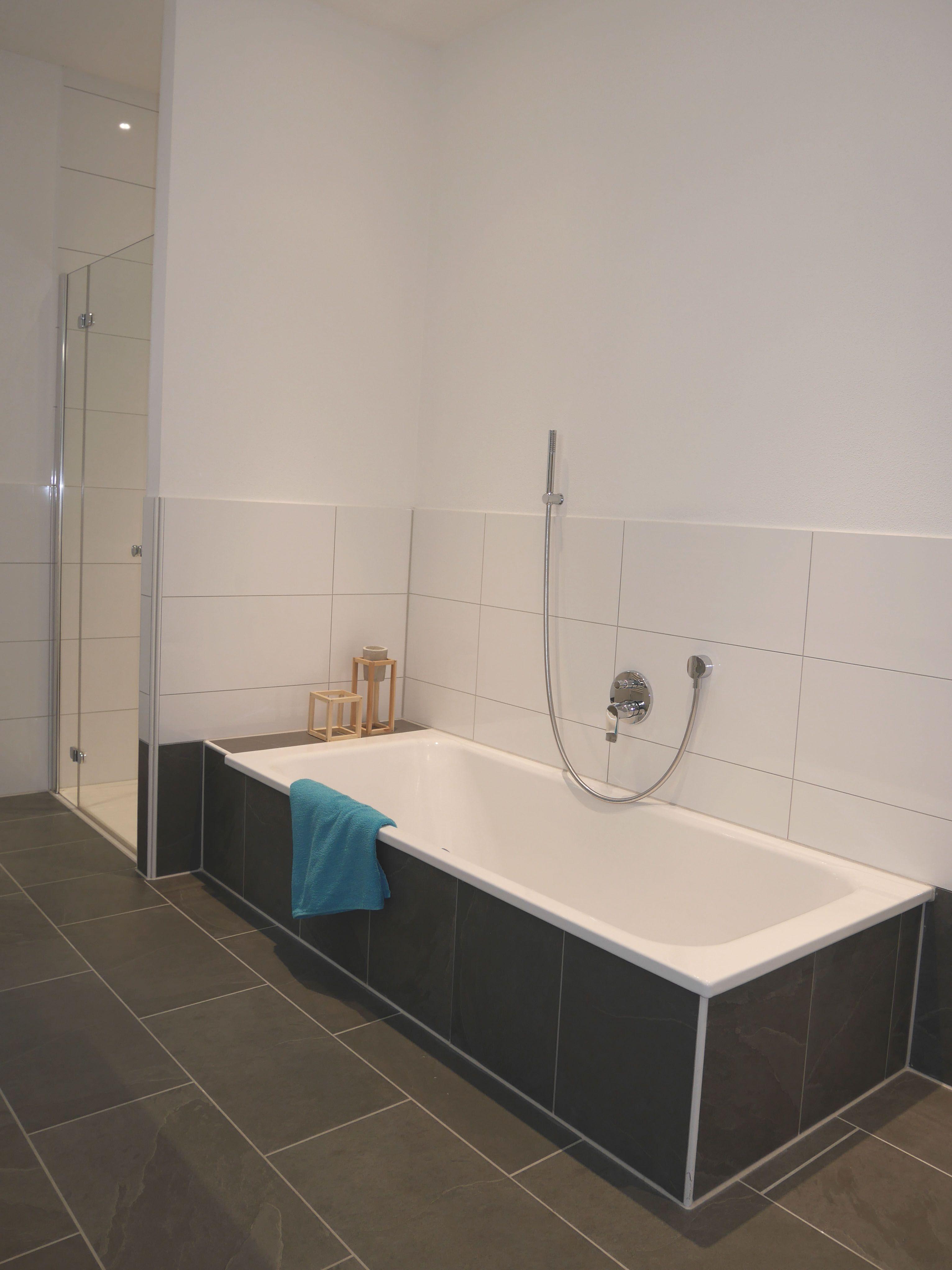 Um Die Einbau Badewanne Hervorzuheben Wurde Diese Mit Dunklen Fliesen  Verkleidet Ein Idealer Kontrast Zur Reinweißen Wanne.An Der Stirnseite  Entstand .