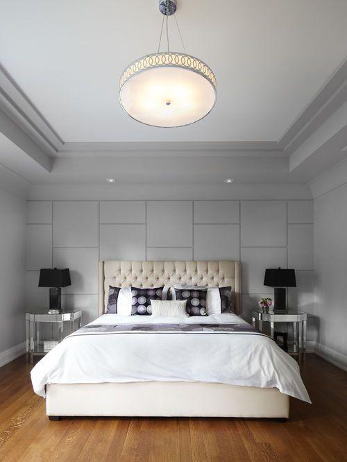 Exemple d\'une chambre tendance avec un mur gris et un sol en bois ...