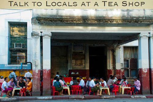 Drinking tea is a widespread habit in Myanmar. Everywhere you will see people sitting on the sidewalk in the afternoon to drink tea.