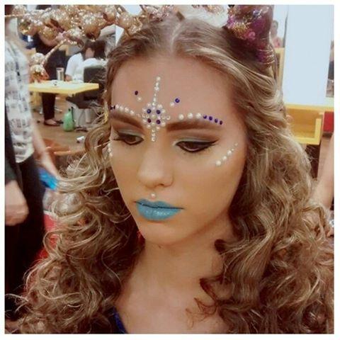#mulpix Já estamos inspirados para o carnaval!  Essa make sereia, juntamente com outras maquiagens, sairá na próxima edição do Correio Brasiliense, ilustrando o tema 'Maquiagens de Carnaval'. Ficou mara, concorda? Fiquem de olho!  Feito pela profissional @vannuccymakeyouenjoy, na unidade 112 Sul.