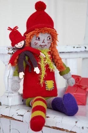 Her kommer Pippi Langstrømpe... og hun har taget aben, Hr. Nilsson, med. Begge de strikkede dukker har rigtige nissehuer på