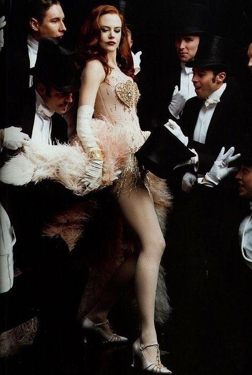Moulin Rouge - Baz Luhrmann (2001) Het valt mij op dat in Baz Luhrmann zijn films er altijd een groot feest plaats vind vol glitters en mooie kleding. Dit is dus een herkenbare factor en hiermee zet de auteur zijn handtekening soort van onder de film, vind ik.