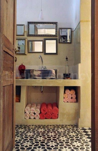 Bathroom - Specchi come quadri; asciugamani arrotolati. | Home decor ...