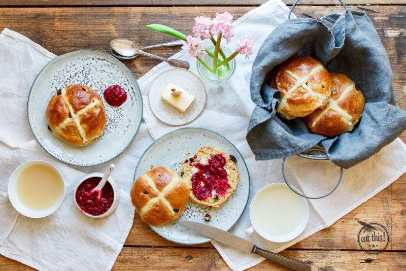 Osterbrunch mit veganen Hot Cross Buns und Himbeer-Chiamarmelade