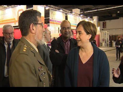 Ada Colau les dice a dos militares que no quiere al Ejército en el Salón de la Enseñanza de Barcelona | El Ventano