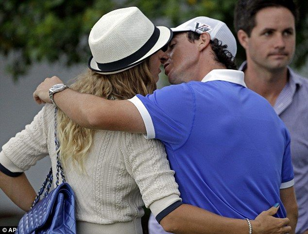 Love Birdies Rory Mcilroy And His Tennis Player Girlfriend Caroline Wozniacki Share A Tender Kiss On Opening Day At The Masters Rory Mcilroy Golf Swing Golf Tips