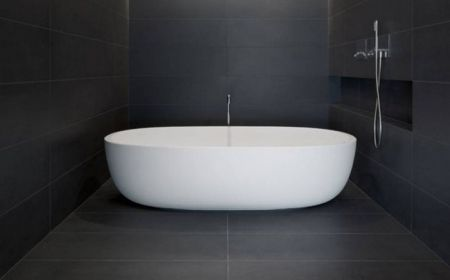 La beauté de la salle de bain noire. Une solution élégante pour votre maison!