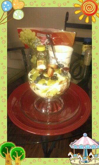 Una frutita con honey,creek yogurt blacberriesoatmeal apples ycinnamon ,blueberries ,strawberries