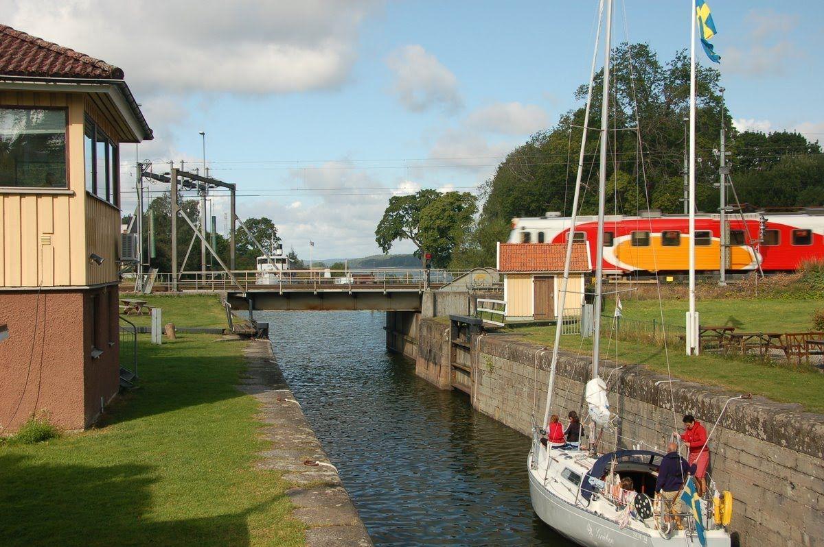 Bahnlinie am Göta-Kanal