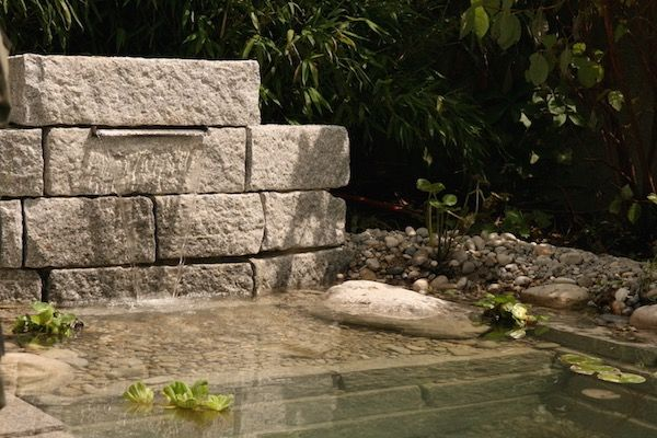 Mauer aus Granit mit Wasserfall. | Large Flower Bed Ideas ...