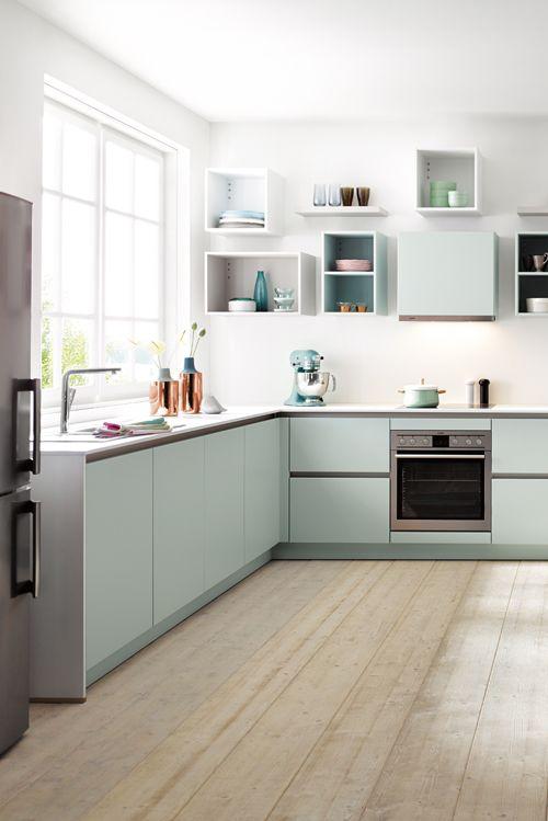 Schicke Küche im nordischen Stil hell und klar, mit viel Platz - sockelleisten für küchen