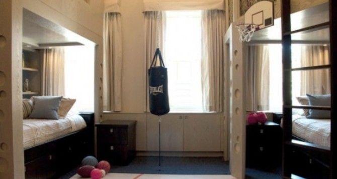 Kinderzimmer für zwei Brüder mit einem Boxsack und Basketballkorb ...