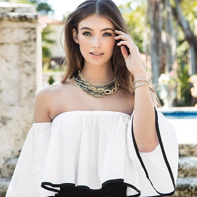 Off the shoulder top and necklace! #KendraScott #MarciNecklace #KSSummer16