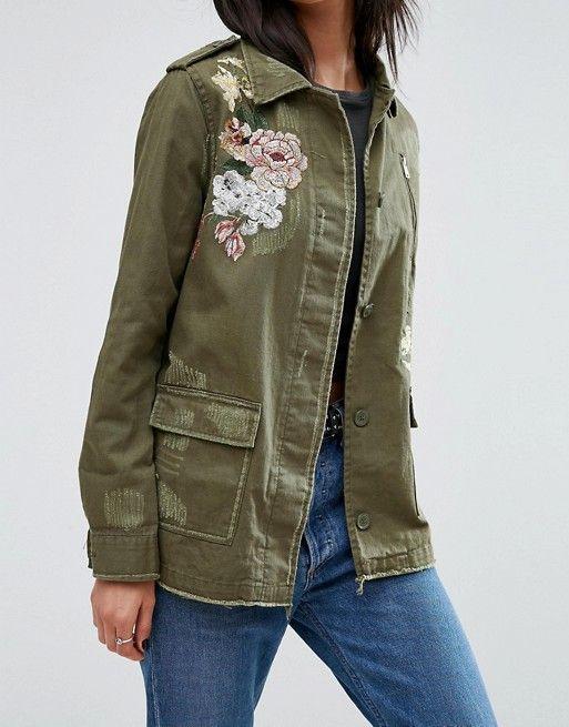 Compra Chaqueta de estilo militar con bordados de flores de River Island en  ASOS. Descubre la moda online. 1472c6b29c6a