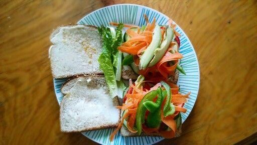 Sandwich saludable, agrega todo lo que quieras, yo le puse pan integral, zanahoria, aguacate, pimiento, calabacita, tomate, pepino y lechuga.