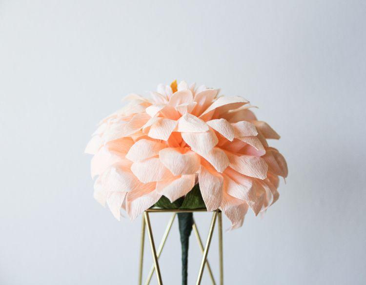 basteltipp papierblumen basteln gro e papier dahlien papierblumen pinterest. Black Bedroom Furniture Sets. Home Design Ideas