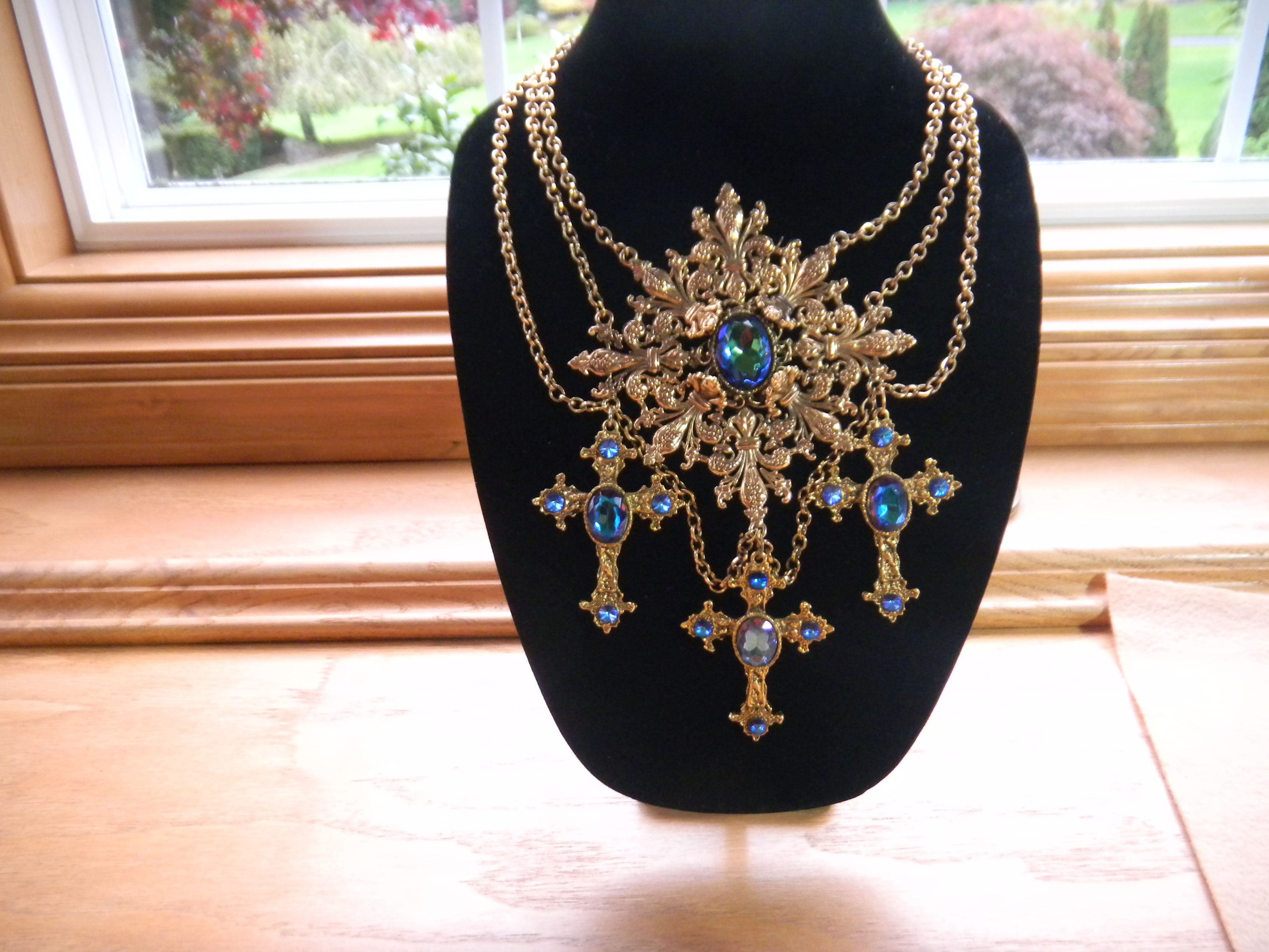 faux dazzles lucite pbcs apps article pendant fabulous exhibit belly and pendants trifari jewelry delights jelly dll spider costume circa frog ep